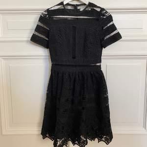 Svart klänning från By Malina. Storlek XS. Endast använt någon enstaka gång, så klänningen är i nysick!
