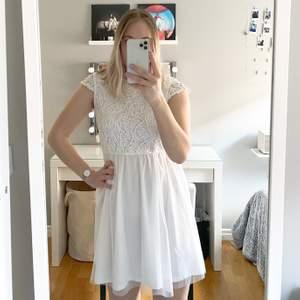 Säljer nu min ena studentklänning från Bubbleroom med broderat mönster och som aldrig användes vid studenten i somras, alltså helt ny! Mellandjup i ryggen, se bild 3. Köpte för 599 men säljer för 250. Skicka DM för fler bilder!