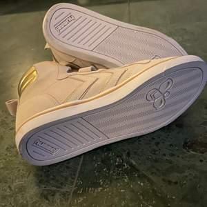 Säljer ett par superfina Hummel skor i mocca!!🤍OANVÄNDA!!!🤍 Blev försmå under vintern därför säljer jag dom. Super bra skick som sagt helt nya. storlek 34, 21,5 cm🤍 Köparen står för frakt, frakten är på 66kr. Kontakt och du är intresserad🤍