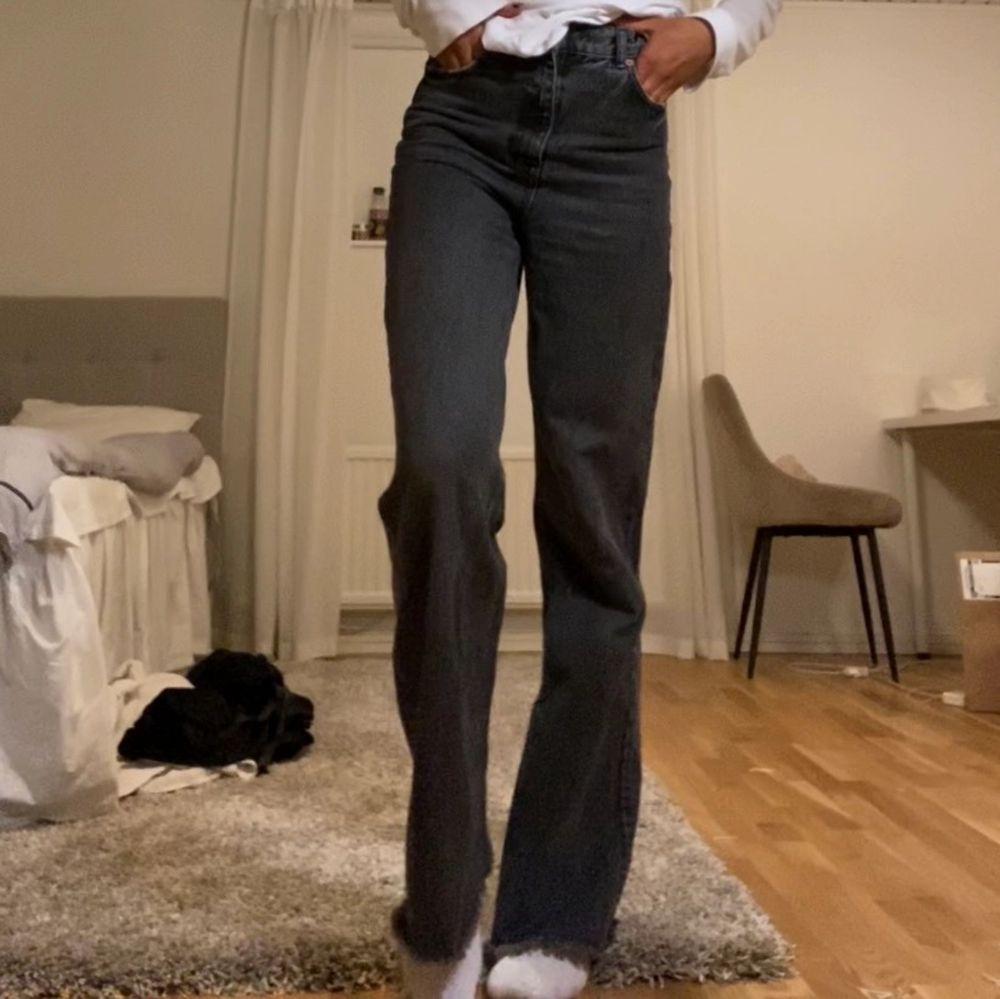 Säljer dessa snygga jeans från zara. Långa i benen, passar mig som är 178. Helt slutsålda på zara. Jeans & Byxor.