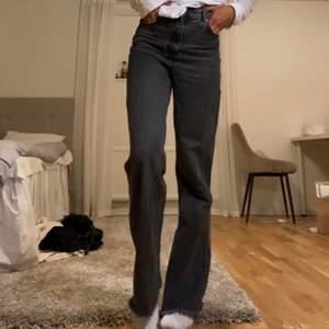 Säljer dessa snygga jeans från zara. Långa i benen, passar mig som är 178. Helt slutsålda på zara