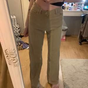 Beiga jeans ifrån Monki, är osäker på modellen men storleken är 24 och jag är 1,64cm. fraktpris: ca 63kr