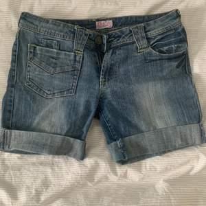 Ett pr skit coola lågmidjade shorts som är i lite längre modell
