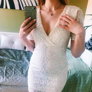 Superfin vit klänning i strl XS (passar mig som har S eftersom den är stretchig men blir då lite kortare) Jag använde den på skolavslutningen i nian och har inte använt sedan dess. Så elegant och perfekt för student eller skolavslutning! Fint skick!