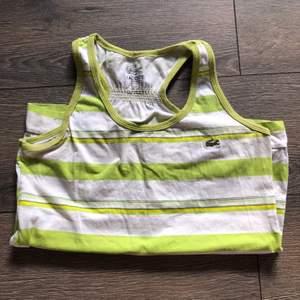 Vintage linne från Lacoste i härligt grön färg, finner ingen storlekslapp men sitter bra på mig som brukar bära strl xs/s:) 100kr + 48kr frakt