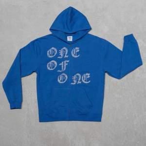 Intressekoll på min oneofone zip hoodie i väldigt bra skick! Säljer vid bra bud så startar budgivning!!💫✨ köp direkt för 1850