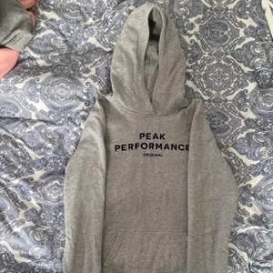 Grå Peak performance hoodie, storlek 170, använd få gånger.💓 (återkommer med fraktpriset när den ska skickas)💓