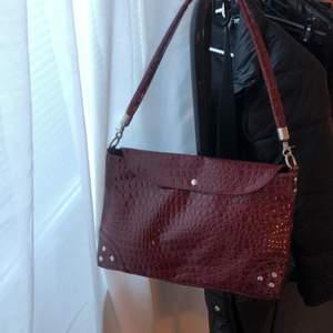 Jätte fin väska i rött krokodilmönster!! Perfekt skick och rymlig, perfekt med vad som helst ❤️