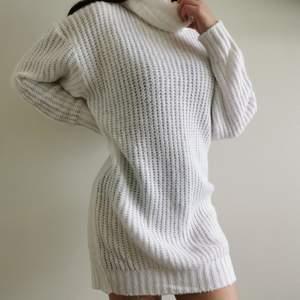 Vit stickad Turtleneck klänning. Väldigt varm, utmärkt till hösten. Köpt på Boohoo och aldrig använt.