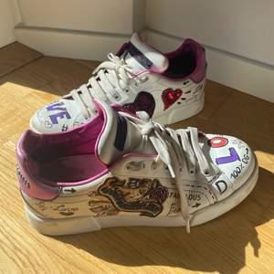 Säljer mina älskade äkta dolce & Gabbana skor!!! Äkthetsbevis finns!!  Detta har varit mina absoluta favoriter ett tag och använt mycket. Tänkte slänga men tänker att någon kanske är intresserad för en billigare peng även fast de är slitna❤️ inte tvättat så kan säkert bli bättre om man gör rent :)  mest slitna inne i skorn! Skriv för fler bilder. nypris är 10 000 kr och startar med bud 500) köpt direkt 800 + frakt nu