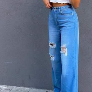 Vida snygga jeans som knappt är använda. Dem är jätte snygga på och vida och populära. Säljer för 135 kr plus frakt!🤩 i stl xs!