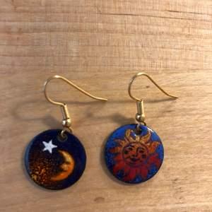 Asfeta örhängen med motiv av natt/dag! Passar stilar som witchcore, goth, e-girl och astro 💞