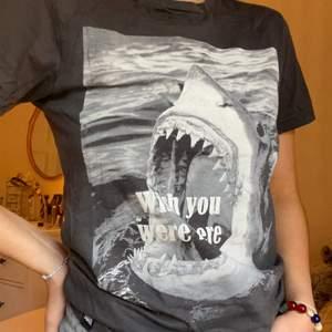 Supercool t-shirt med tryck från underbara Dedicated!! 👕