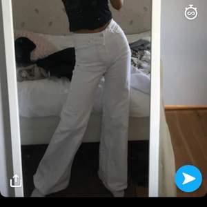 Säljer dessa supersnygga vita jeans med vida ben från mango. Älskar dom men har för många byxor, bara skriv om du vill ha bättre bilder!💕