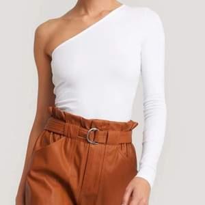 Säljer denna vita tröja med en arm från NAKD då den inte kommit till användning, den är i nyskick och i storleken S och väldigt stretchig☺️ säljes för 130kr med frakt🥰