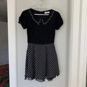 """Söt polka-dot klänning med """"fake-krage"""" från det märket 59 seconds."""
