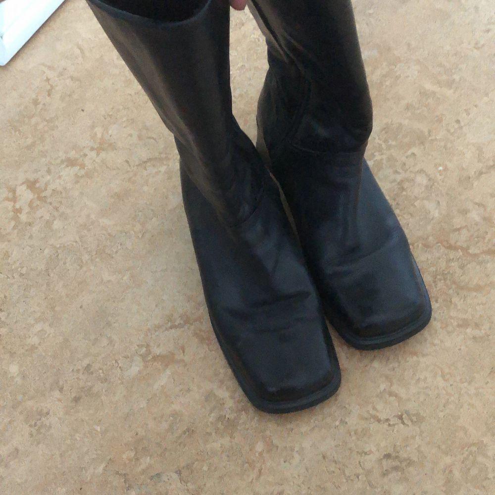 världens finaste skor som inte är fina på mig jag har alltså lite för stora vader för dessa så jag säljer dom istället. fraktinfo står nedan 💖. Skor.