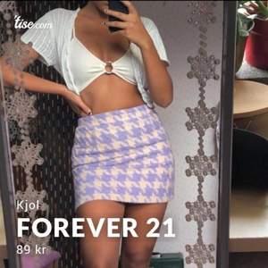 Kjol köpt på Forever 21 för några år sen. Aldrig h använd och är därför i nyskick! Materialet är tjockt och varmt och kjolen passar en S/XS. ✨