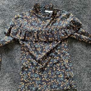 GANNI blus i storlek 36 med fint blommigt mönster. ärmarna är lite kortare i modellen och blusen är i använd men utan defekter eller skador