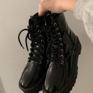 Coola skor från pull and bear, köpte förra vintern. Har endast används inomhus (2 ggr), så är absolut inte särkilt smutsiga.  Du betalar för frakt. Budgivning sker i kommentarerna, vi börjar på 100 kr. Buda med minst 10 kr mellan varje bud:)OBS, jag kommer ej att sälja förrens jag är nöjd.