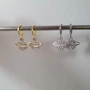Trendiga planetörhängen finns nu att köpa i guld och silver. 79 kr+12 kr frakt, begränsat antal💖