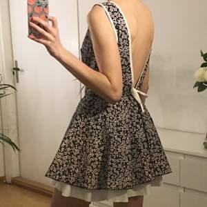 Klänningen har en V-formad öppenrygg med en rosett. I fint skick 🌺 Jag brukar ha storlek 34/36.