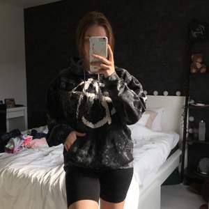 En hoodie med Anarki tryck, på baksidan står det Punk's not dead. Superfin och skön men kommer ej till användning längre🤍 Trycket är lite skadad men ser bara snyggare ut!🤍 Blir bud om fler är intresserade 🤍