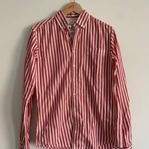 Röd randig skjorta köpt på Dressman, modellen är slimfit i storlek S. Säljer då varken jag eller min flickvän gillar den längre. Knappt använd.