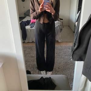 Säljer dessa svarta raka kostymbyxor. Jag är 165 och för mig går dessa mellanhöga byxor lite över skorna!