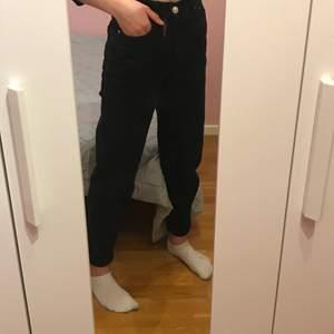 Svarta comfy mom jeans i storlek 34, fint skick från Gina Tricot. 50 kr + frakt 💕