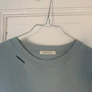 T-shirt från ragdoll köpt på wakakuu i somras, nypris ca 800kr! Använd fåtal gånger. Den är i en jättefin blå färg med slitningar