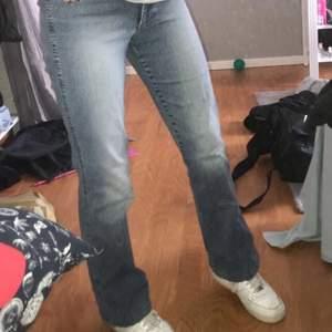 Säljer dessa snygga raka jeansen som jag köpte på secondhand, har aldrig använt dom. De är superfina och sköna men jag har andra jeans jag hellre använder. Passar en xs-m.  !Föreslå gärna pris!💓