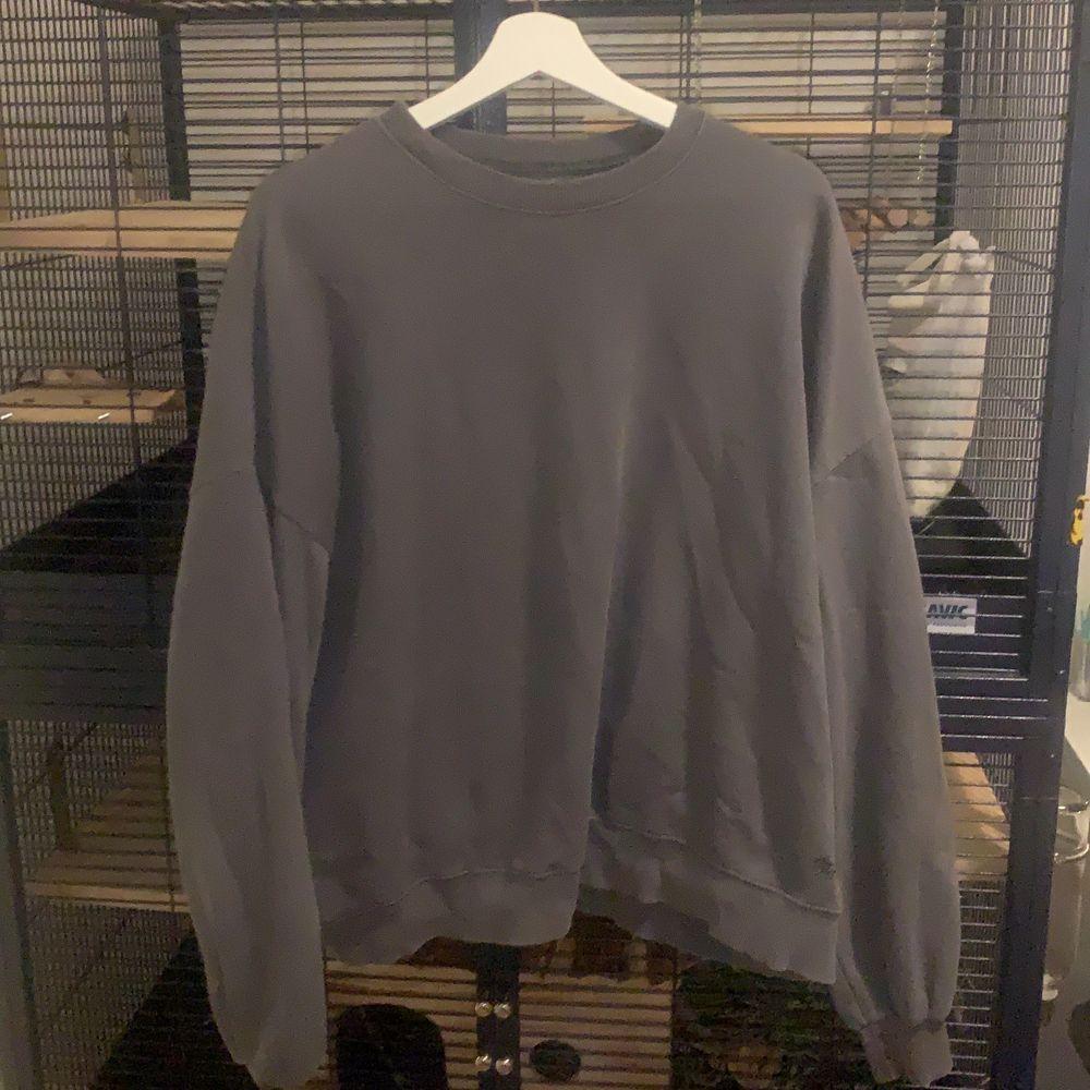Säljer denna snygga tröjan från PULL&BEAR då den inte änvänds så mycket längre. 8 av 10 i skick den e jätte lite knottrig men det är inget man ser om man inte kollar super noggrant. Säljer den för 55 plus frakt. Kan även mötas upp i centrala stockholm då kostar den 80. . Huvtröjor & Träningströjor.