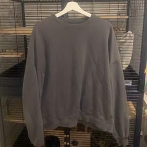 Säljer denna snygga tröjan från PULL&BEAR då den inte änvänds så mycket längre. 8 av 10 i skick den e jätte lite knottrig men det är inget man ser om man inte kollar super noggrant. Säljer den för 55 plus frakt. Kan även mötas upp i centrala stockholm då kostar den 80.