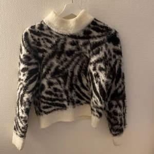 Väldigt fin stickad slutsåld tröja från hm, andvänd ett antal gånger, säljer pågrund av att den inte kommer till användning och har blivit lite liten.