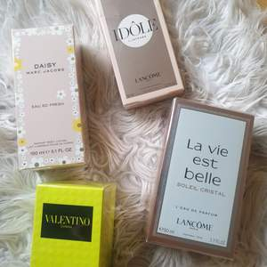 Valentino 50 ml Yellow Dream 400kr. Idole intese 50 ml 500kr. La vie est Belle Soleil crystal 50ml 500kr. Marc Jacobs Eu so fresh Bodylotion 200kr. Alla oöppnade med plast kvar på. 🌸🌸
