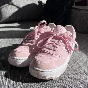 Nike AF1 i Pink Foam. Storlek 40, är dock små i storleken så är mer som 39. Säljer eftersom de är för små för mig. Bra skick, endast använda ett fåtal gånger.