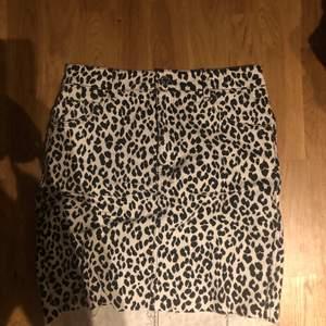 Kjol från Hm i leopard mönster, vit jeans kjol. Använd fåtal gånger. Storlek 38