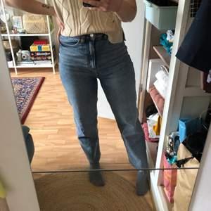 Säljer mina ljusa jeans från Monki. Hög midja och superstretch så otroligt sköna. Avklippta nedtill, passar mig i längd som är 1,57 lång. Strl 26 står det i men skulle säga de är mer som 28. Fint skick, sparsamt använda! Nypris 399 kr.