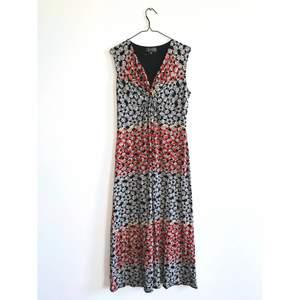 Mönstrad klänning i jättefint skick. Märke: M&S Storlek M Skickas i postorderpåse via postnord.