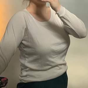 Snygg vit tunn tröja från Bik bok