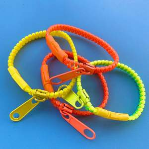 4 st skitcoola armband i starka neonfärger. Ger en väldigt stark 80 tals känsla.  Buda, eller ge ett bra pris och köp direkt😚