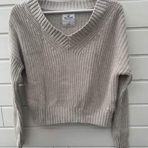 Säljer denna v-ringade stickade tröja från holister🧡 säljer då den tyvärr inte längre passar🧡 den är i storlek M men sitter mer som en S skulle jag säga🧡 frakt 62kr🧡