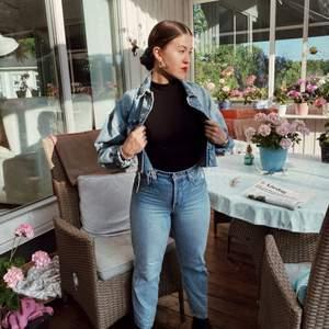 ⚡️ Snygg och unik jeansjacka ⚡️ Från Zara. Cropped med over size-stil. I princip ny - endast använd 2 gånger. Storlek M (~36-38).   Nypris: 499kr.  Kolla gärna mina andra annonser - ger alltid paketpris 📦  Betalning via swish 💰   Skickas mot fraktkostnad - bjuder på frakten vid köp av mer än två saker ✅  #zara #jeansjacka