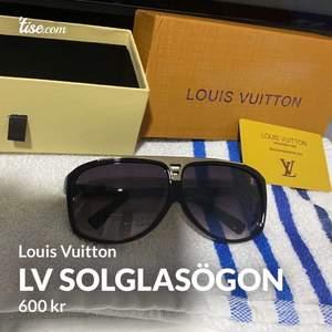 Säljer ett par LV solglasögon, de är som äkta asså är de inte helt äkta, men kartongen finns och ett litet kort osv alltså bästa kopian , säljer för 600kr men kan gå ner 500kr snabb affär