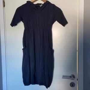 Säljer en mörk grå klänning jätte mysig den kostar 100kr ink frakt