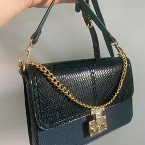 Väska från river Island k nyskick. Mått 25 cm , följer med ett långt och ett kort axelband. Fyra fickor i väskan. Superfin😍🤩👌🏽