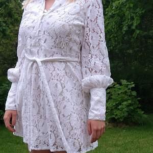 Tar du studenten i år och behöver en sista minuten-klänning? Säljer nu denna fina spetsklänning från NA-KD som jag hade på min student för en vecka sedan✨ Storlek 36 men passar även mig som är en 38:a. OBS! Underklänning ingår inte💕