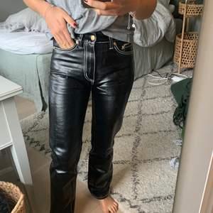 Hej! Säljer mina svarta läderbyxor från Eytys med vita sömmar som detaljer. Dessa är i storlek 27 och sälja på grund av för små. Använda fåtal gånger och i fint skick. Nypris är 2200kr
