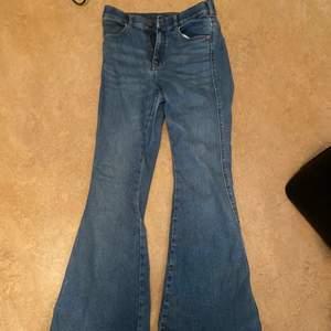 Fina blåa dr denim bootcut jeans i storlek L/30, jag brukar ha M i byxor men dessa är ganska tajta vid midjan. Jag är 160 cm, säljer dessa eftersom jag har två par.